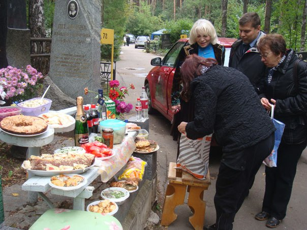 russian-food-on-graves